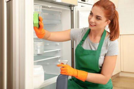 Hoe kan je het beste de koelkast reinigen?