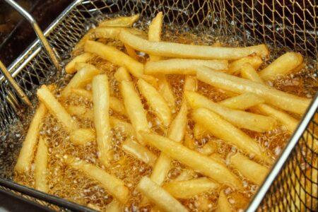 Vieze frituurpan? Zo maak je deze snel schoon