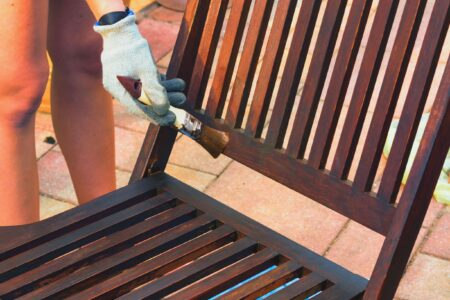 Hoe ontgrijs je houten tuinmeubelen?